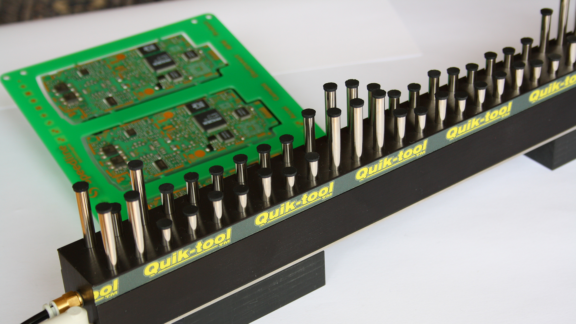 Fig. 1: The longest QUIK-tool modules have module lengths of 533mm and a pin stroke of 27mm.  Up to six modules can be connected to the air manifold. (Fig.: motion automation)